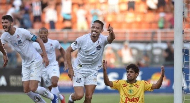 Jean Mota marca na vitória do Santos contra o Mirassol, no Pacaembu