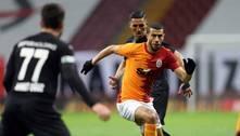Após criticar gramado do próprio clube, jogador do Galatasaray é demitido por 'prejudicar a reputação'