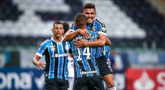 Grêmio fez grande jogo e praticamente se garantiu na próxima fase