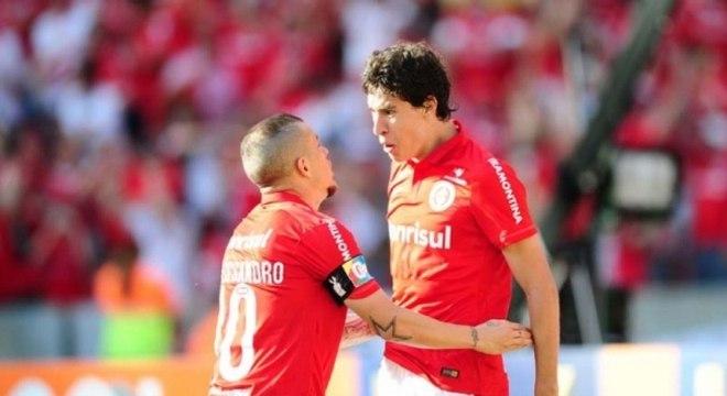 Rodrigo Dourado e D'Alessandro comemoram Gol
