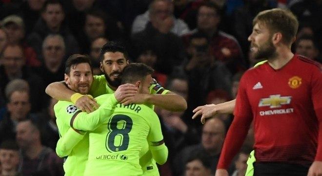 Suárez cabeceou, mas Shaw foi quem empurrou contra o próprio gol