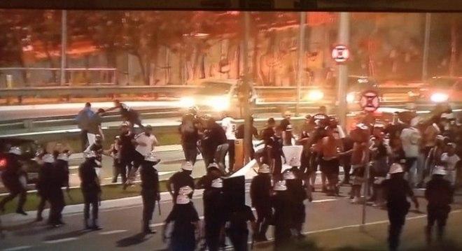 Torcida do Corinthians protesta após derrota em clássico