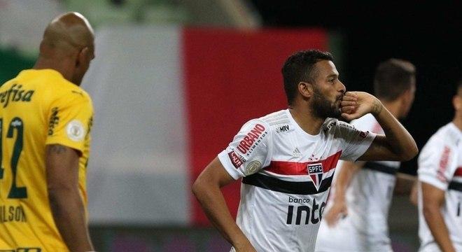Reinaldo marcou o gol que abriu caminho para a vitória do São Paulo