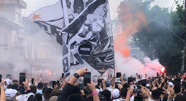 Torcida do Santos voltou à Vila Belmiro neste domingo (10)