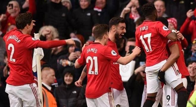 Manchester United entra em campo com portões fechados