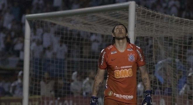 Cássio em ação durante as cobranças de pênaltis contra o Santos