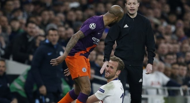 Kane se machucou após dividida com Fabian Delph, do City