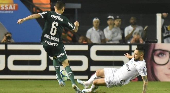Lateral-direito Pará em lance com Diogo Barbosa, do Palmeiras
