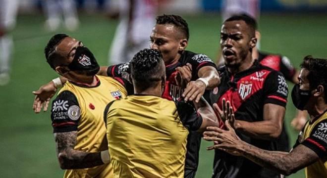Jogadores do Atlético-GO comemoram gol contra o Red Bull Bragantino