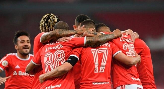 Jogadores do Inter comemoram vitória sobre o Athletico-PR