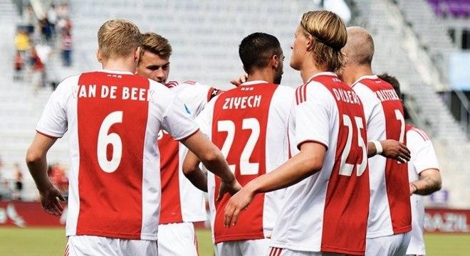 Jogadores do Ajax comemoram gol em Orlando