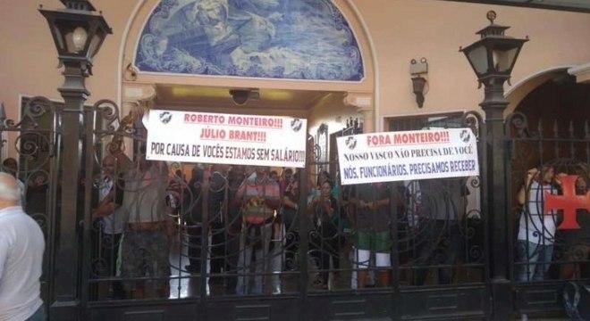 Funcionários reclamam salários atrasados e indicam opositores como culpados