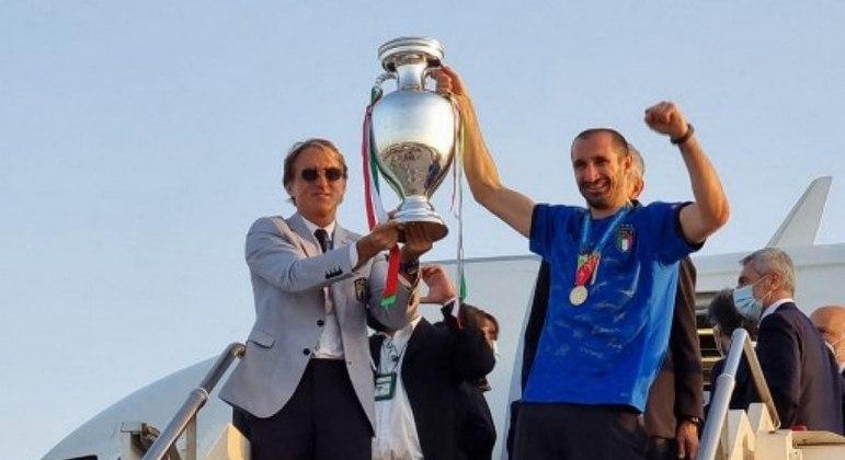 Mancini e Chiellini mostram a taça da Euro, conquistada neste domingo