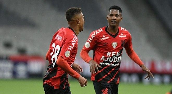 Athletico encontrou dificuldades, mas conseguiu vencer um desfalcado Goiás