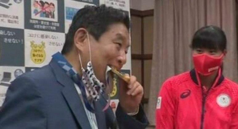 Prefeito mordeu medalha conquistada por atleta