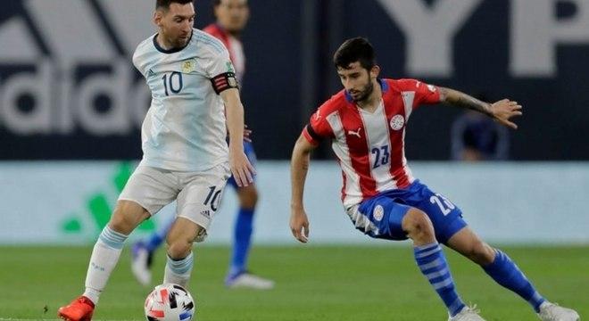 Lionel Messi teve gol anulado no segundo tempo