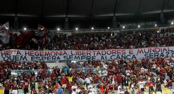 Torcida do Flamengo levou uma faixa provocativa ao Fluminense