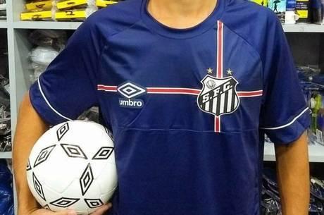 Santos e Umbro lançam camisa azul em homenagem à Inglaterra. Confira ... 6bfca571b1a2e