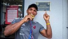 Isaquias Queiroz se emociona em homenagem do Flamengo na Gávea