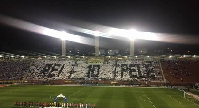 Santistas homenagearam o Rei Pelé em clássico contra o Corinthians