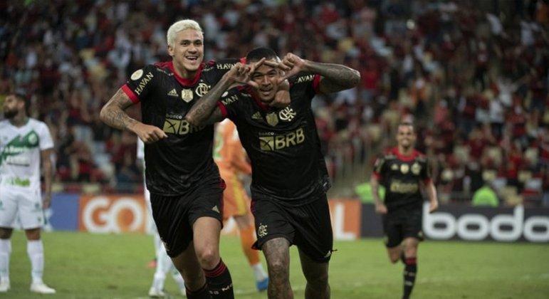 Kenedy abriu o placar para o Flamengo após lindo passe de Pedro