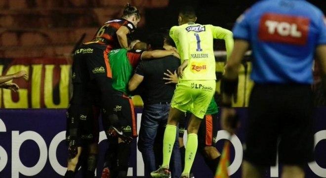 Sport comemora vitória contra Coritiba, após seis jogos sem vencer
