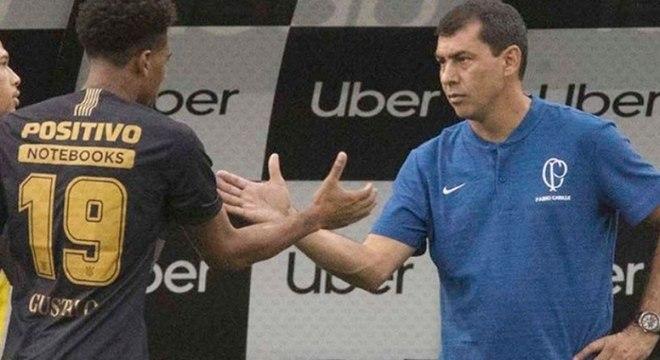 Gustagol cumprimenta o técnico Carille ao ser substituído na Arena
