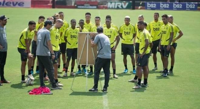 Atletas prestam atenção às instruções de Maurício Souza no Ninho do Urubu