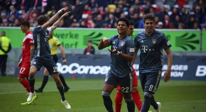 Bayern goleia fora de casa e segue na ponta da Bundesliga
