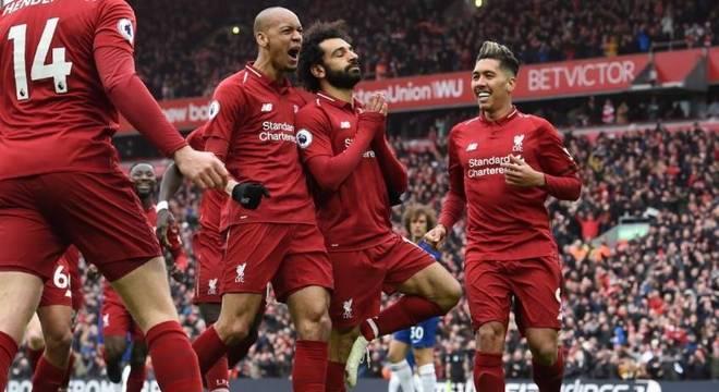 Com direito a golaço de Salah, o Liverpool retoma a liderança da Premier League