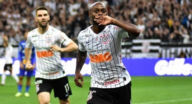 Love comemora com Boselli o gol do Corinthians contra o CSA