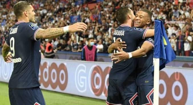Mbappé é abraçado pelos companheiros após marcar em vitória do PSG