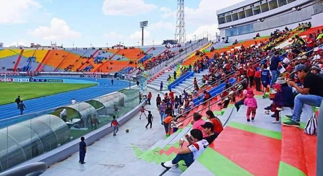 Jorge Wilstermann e Athletico Paranaense jogam no estádio Felix Capriles