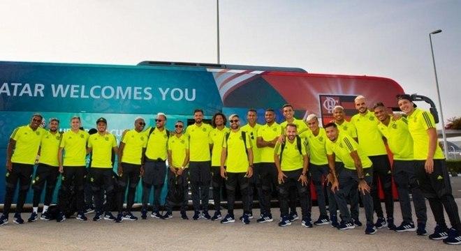 Flamengo chegou em um ônibus adesivado com escudo do clube