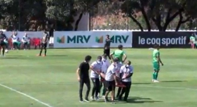 Tardelli precisou de ajuda para deixar o campo durante treino do Atlético-MG