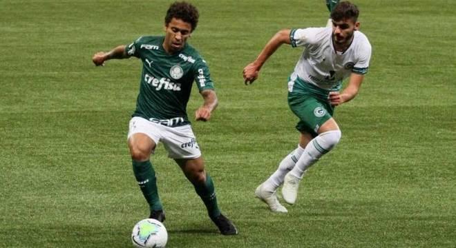 Marcos Rocha disputa bola com jogador do Goiás no empate por 1 a 1, no Allianz