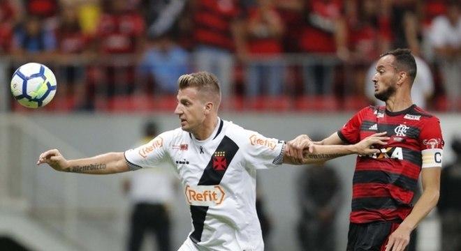 Réver e Maxi López travaram muitos duelos na partida