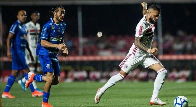 São Paulo, de Daniel Alves, bem que criou inúmeras chances de gol