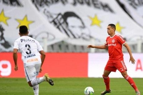 Marcos Guilherme tenta o ataque para o Inter