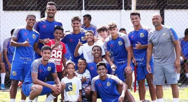 Sub-20 recebe 'meninos da árvore' em treino do Santos: 'Identificação'