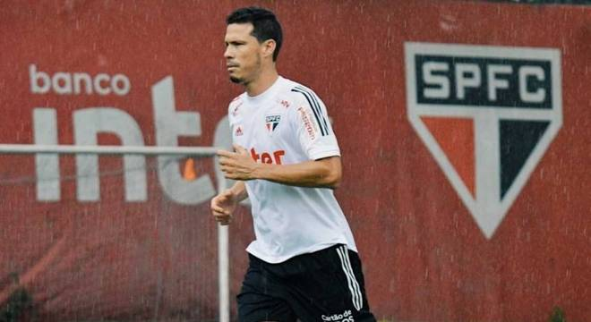 Hernanes atualmente é reserva do São Paulo
