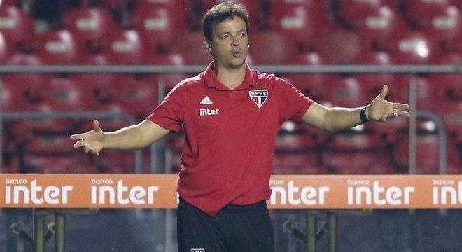 Fernando Diniz sacou um zagueiro para colocar um atacante após o intervalo