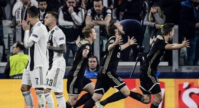 Jogadores comemoram gol da vitória, feito pelo jovem De Ligt