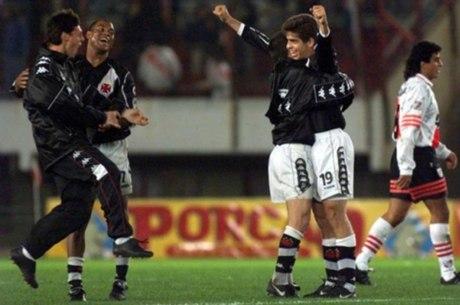 Juninho Pernambucano é exaltado por dois clubes