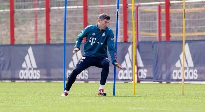Lewandowski volta a treinar com bola após lesão em jogo pela seleção