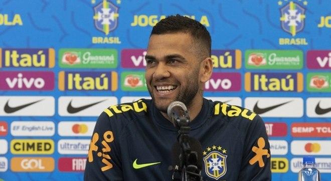 Daniel Alves durante entrevista coletiva no hotel em Salvador