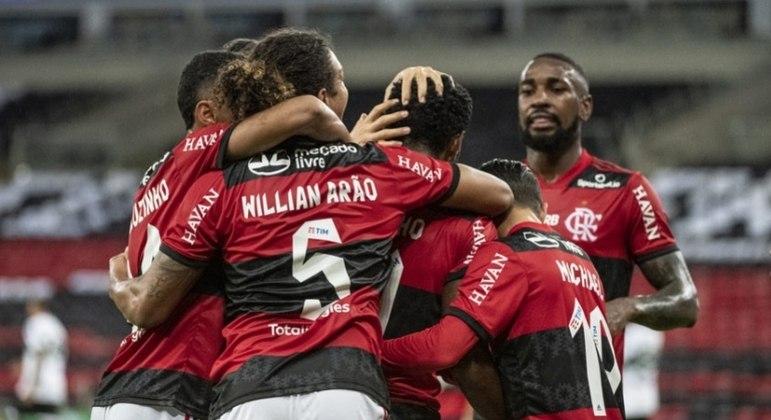 Jogadores do Flamengo comemoram gol marcado por Vitinho