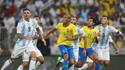 Com gol polêmico de Miranda, Brasil bate Argentina no 'Superclássico' ()