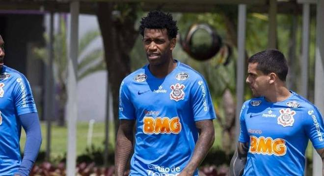 Gil e Fagner em treino do Corinthians neste sábado