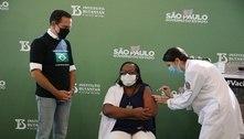 Primeira vacinada é homenageada pelo Corinthians: 'fez história'